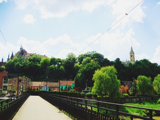 Podul peste Tarnava. Sus se vede Cetatea.